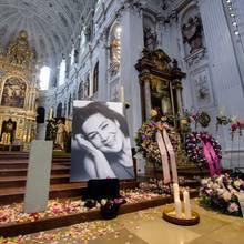Mit farbenfrohen Blüten und prächtigen Trauerkränzen ist die Kirche für die Trauerfeier geschmückt.