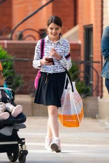 Zur Schule geht Suri Cruise meist in relativ einfachen Outfits. Hier trägt sie eine lässige Kombi aus Rock und Blouson, die durch die Chucks an ihren Füßen noch cooler wirkt.