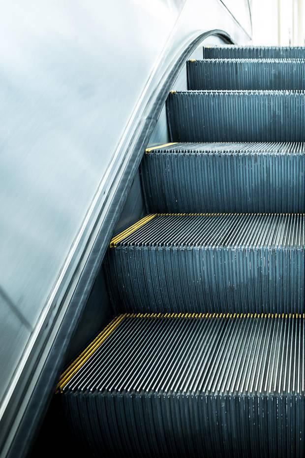 Das Rollentreppen-Rätsel  Wie viele Stufen hat eine Rolltreppe? Sie möchten die Anzahl der Stufen einer Rolltreppe bestimmen, also die Anzahl der Stufen, die Sie gehen müssten, wenn die Rolltreppe nicht in Bewegung wäre.  Dafür gehen Sie dieRolltreppe, die gerade hochfährt hinauf. Gehen Sie die Rolltreppe nun in Fahrtrichtung hinauf, zählen Sie60 Stufen. Oben drehen Sie um und gehen die Rolltreppen entgegen der Laufrichtung hinunter. Dabeizählen Sie90 Stufen.  Wieviele Stufen würden Sie also gehen, wenn dieRolltreppe stillstehen würde?  Die Lösung gibt es im nächsten Bild.