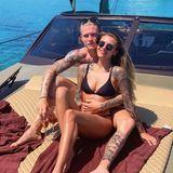 """31. Mai 2019  """"Twins on holidays"""" betitelt Sophia Thomalla dieses sonnige Pärchenfoto von sich und ihrem Liebsten Loris Karius. Die beiden Verliebten verbringen derzeit ihren Urlaub auf Mykonos und genießen ihre gemeinsame Zeit auf einem Luxusboot."""