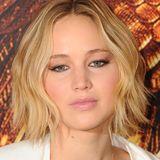 """November 2014  Auf der Pressetour von """"The Hunger Games: Mockingjay Part 1"""" lässt Jennifer Lawrence ihre ehemaligen Wellen in ihren neuen Haarschnitt einfließen und setzt damit einen Trend."""