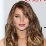 Februar 2013  Lange währt das dunkle Haar nicht. Nur ein halbes Jahr später kehrt Jennifer Lawrence zu ihrem natürlichen Blondton zurück und probiert sich an einer wahren Löwenmähne.