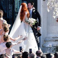 Und der Kuss vor der Kirche bringt alle Hochzeitsgäste zum Jubeln.