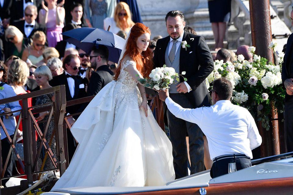 Gut aufpassen auf den Brautstrauß! Der Einstieg ins Boot ist mit Barbaras Traumkleid nicht ganz einfach.