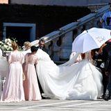 So eine lange Schleppe kann richtig Arbeit für die Brautjungfern sein. Bis alles perfekt ist, wird Barbara mit Brautschirm vor der Sonne geschützt.