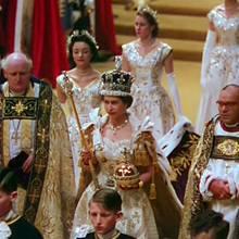 """2. Juni 1953  Vor 66 Jahren wurde aus der jungenElizabeth auch ganz offiziell eine Königin. Nach dem Tod ihresVaters König Georg VI. im Februar 1952 hatte sie den Thron schon bestiegen, die Krönungsfeierlichkeiten brauchten jedoch Zeit. Diese seltene Farbaufnahme stammt aus der TV-Dokumentation""""A Queen Is Crowned"""", ihre Krönung war schließlich die allererste, die im Fernsehen übertragen wurde.  Aber beginnen wir von vorne ..."""