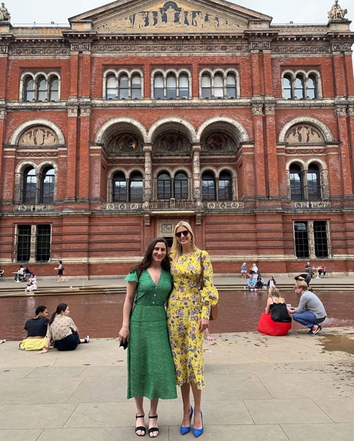 """In einem gelben Floraldress von Les Rêveries besucht Ivanka Trump das """"Victoria andAlbert Museum"""" in London. Die Kreation aus der Resort-Kollektion wurde für sie leicht abgeändert, sodass sie sich ihrer Taille zauberhaft anschmiegt."""