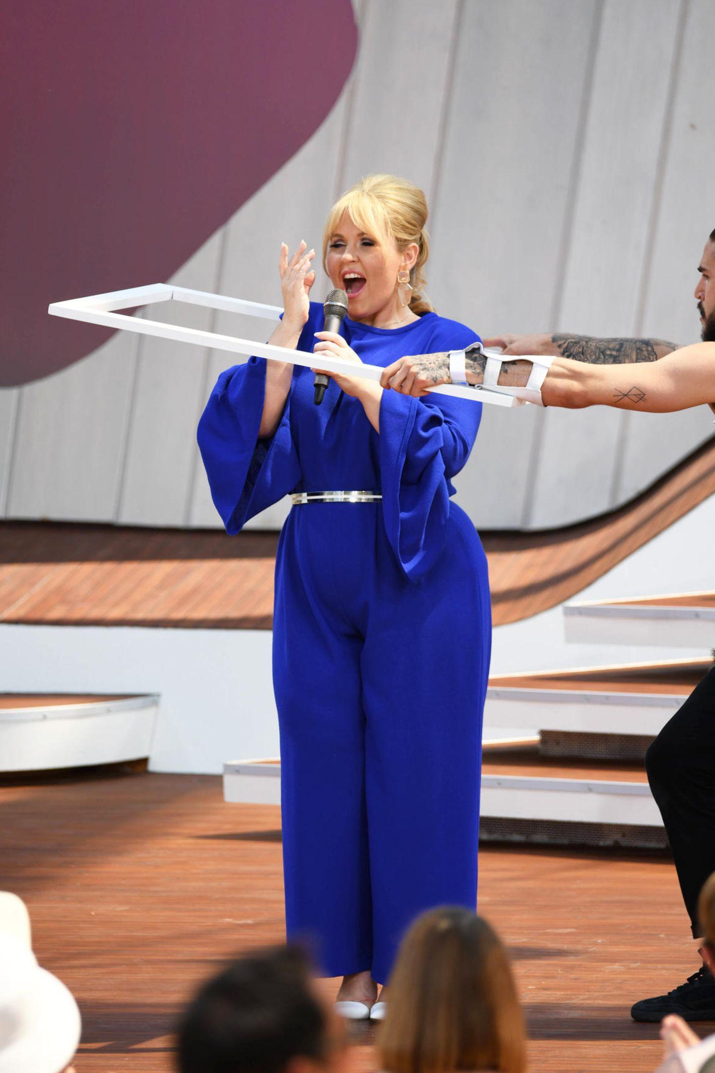 Im ZDF-Fernsehgarten (02. Juni) gibt Schlagerstar Maite Kelly wie gewohnt alles auf der Bühne. Ihr Outfit ist auch wie immer ein Hingucker und vor allem ein echter Figurschmeichler ...