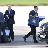 Mitarbeiter laden Sachen aus der Air Force One nach der Landung von Donald Trump in London