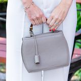 Sofias Handtasche wirkt auf den ersten Blick recht schlicht - cooler Hingucker ist jedoch der Bambushenkel.