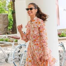 In einem Twin-Set aus Bluse und Minirock - das in Orange- und Rosatönen zauberhaft frisch wirkt - genießtIzabel Goulart die Sonne an der Côte d'Azur.