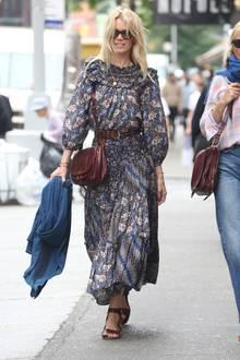 Sommerlich, aber trotzdem noch relativ warm: Claudia Schiffer setzt bei den schwankenden Temperaturen auf ein langes Boho-Kleid.