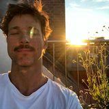 """2. Juni 2019  Florian David Fitz genießt den herrlichenSommertag. Zu dem schönen Schnappschuss auf Instagram schreibt der Schauspieler: """"Endlich Sommer. #keinfiltermehrnötig #auchsoschön"""" – Recht hat er!"""