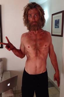 """Mit einer 50-Kalorien-Diät bereitet sich Chris Hemsworth in 2015 auf seinen Film """"Im Herzen der See"""" vor und verliert dabei einige Kilos an Muskeln. Auf einem seiner Instagram-Fotos ist er schließlich kaum wiederzuerkennen."""