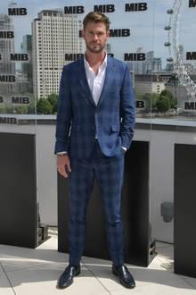 Wenige Wochen später - Chris Hemsworth hat das extreme Pumpen mittlerweile aufgegeben - sieht der Australier wieder etwas schmaler aus. Wir sind uns allerdings sicher, dass unter diesem Anzug noch immer ein äußerst durchtrainierter Körper steckt.