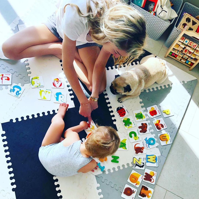 19. April 2019  Storm Keating bringt Söhnchen Cooper auf spielerische Art das Alphabet bei. Auch der Familienmops scheint mitlernen zu wollen.