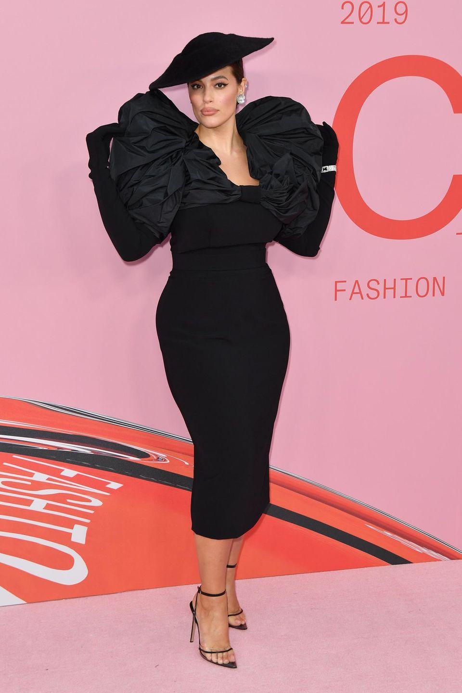 Alten Hollywood-Glamour versprüht Ashley Grahan in ihrem Christian Siriano-Kleid. Ihre Arme versteckt das Model beim Posieren für die Fotografen hinter ihrem Rücken.