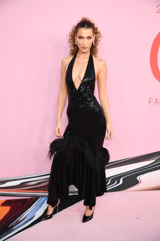 Bella Hadid trägt Michael Kors und setzt auf einen Ausschnitt bis zum Bauchnabel.
