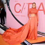 Jennifer Lopez zeigt in diesem Traum-Outfit von Ralph Lauren, dass sie einen beneidenswert straffen Bauch hat.