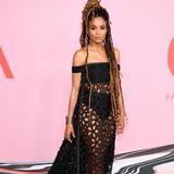 Ciara legt in ihrem Vera Wang Kleid ihre Unterwäsche bloß. Statt auf auffällige Accessoires setzt die Sängerin auf XXL-Dreadlocks.