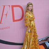 Elegant wie ein Engel schreitet VS-Model Martha Hunt im goldenen Kleid vonMonique Lhuillier über den roten Teppich der CFDA Awards 2019.