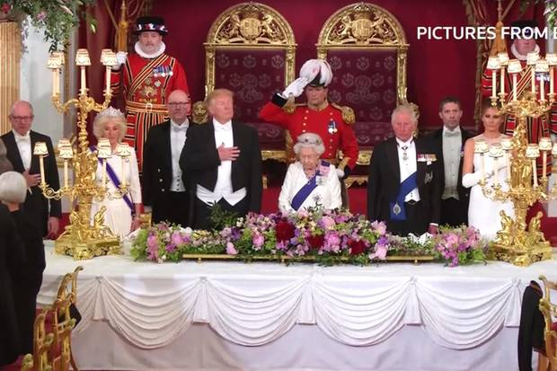 Die Sitzordnung (v.l.n.r.): Woody Johnson (US-Botschafter in London), Herzogin Camilla, Donald Trump, Queen Elizabeth, Prinz Charles, Melania Trump, Norman Fowler (Sprecher House of Lords im Parlament)