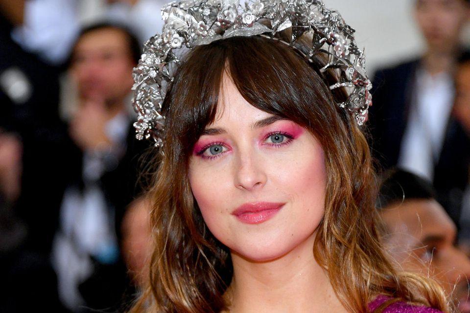 Lässig und schick zugleich: Dakota Johson setzt ihren Curtain-Bags-Pony auf der Met Gala 2019 in New York City gekonnt in Szene.