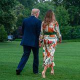Das Präsidentenpaar der USA hat sich für den Flug nach England in Schale geschmissen. Insbesondere Melania Trumps Guccikleid mit Motiven wie dem Big Ben und anderen Londoner Sehenswürdigkeiten sorgt für Begeisterung.