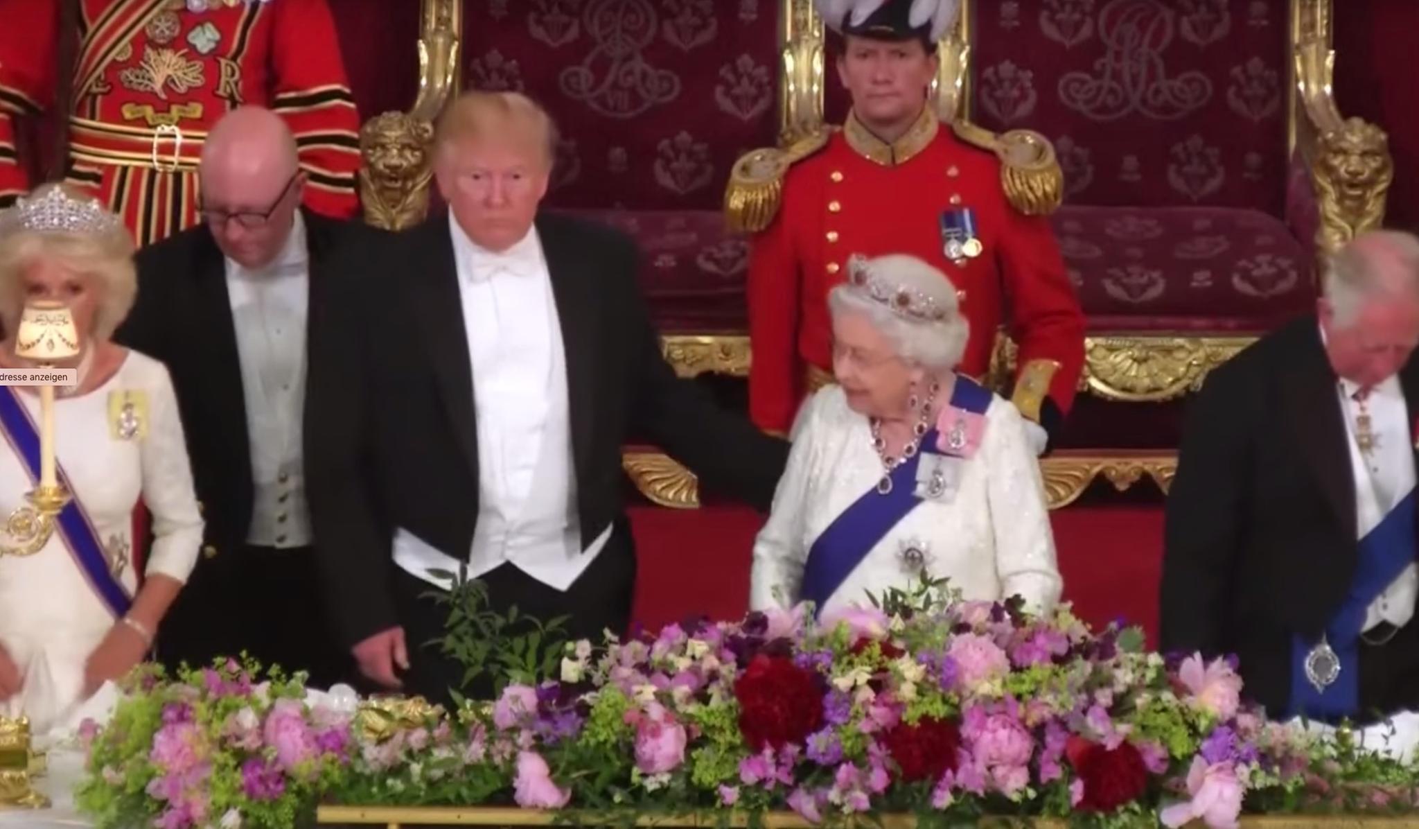 Donald Trump fasst Queen Elizabeth an den Rücken.