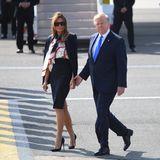 Bei ihrer Ankunft in London hat sich Melania Trumps Outfit in Sachen Muster zurückentwickelt. Ein klassisches, dunkelblaues Kostüm stylt sie gekonnt zu High-Heels und Motiv-Schluppenbluse.