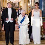 Zeitlose Eleganz und Würde spiegelt diesemaßgeschneiderte, cremeweiße Abendrobe von Dior wider, die Melania Trump beim Staatsbankett zu Ehren ihres Besuches in England trägt.