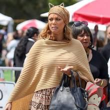 """Wovor sich Tyra Banks wohl hier geekelt hat? Das Model ist mit ihrem Sohn York Banks auf dem Weg zur Kinopremiere von """"Pets"""", als sie plötzlich eine angewiderte Grimasse zieht."""