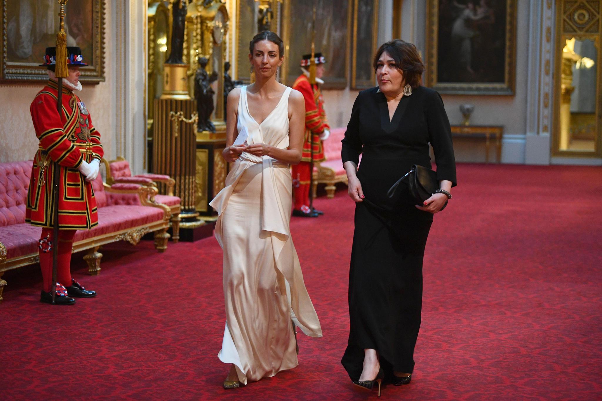 Rose Hanbury kam mit einer unbekannten Dame zum Staatsbankett der Queen. Wie die royalen Damen auch setzte sie auf ein weißes Abendkleid.