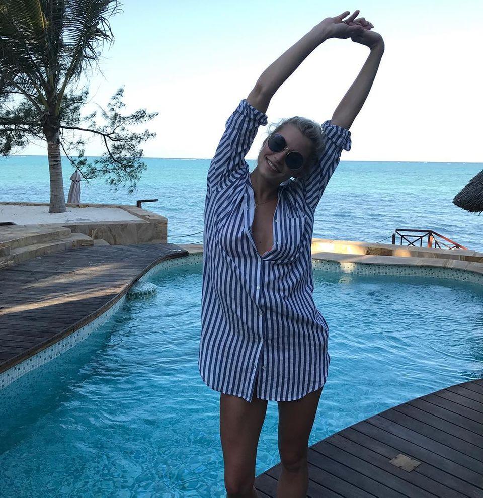 12. November 2017  Auf Sansibar lässt das Model den Tag ganz entspannt in einem Oversized-Hemd beginnen.