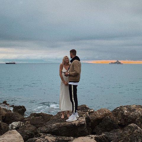 3. Juni 2019  Lena Gercke und ihr Freund Dustin Schöne genießen zwischen all der Arbeit romantische Stunden an der Küste der französischen Riviera - die perfekte Kulisse für einen Heiratsantrag. Das Model wirkt allerdings etwas unentspannt und hält die Hände fest umklammert vor dem Bauch: Ob sie wohl nach einem anstrengenden Shootingtag lieber direkt ins Bett will?
