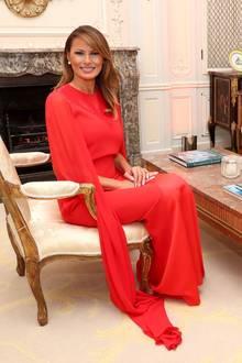 Im Winfield House, dem Wohnsitz des amerikanischen Botschafters in Großbritannien, fällt Melania Trump besonders auf. In den hell eingerichteten Räumen strahlt der Rotton ihres Kleides gleich doppelt so stark.