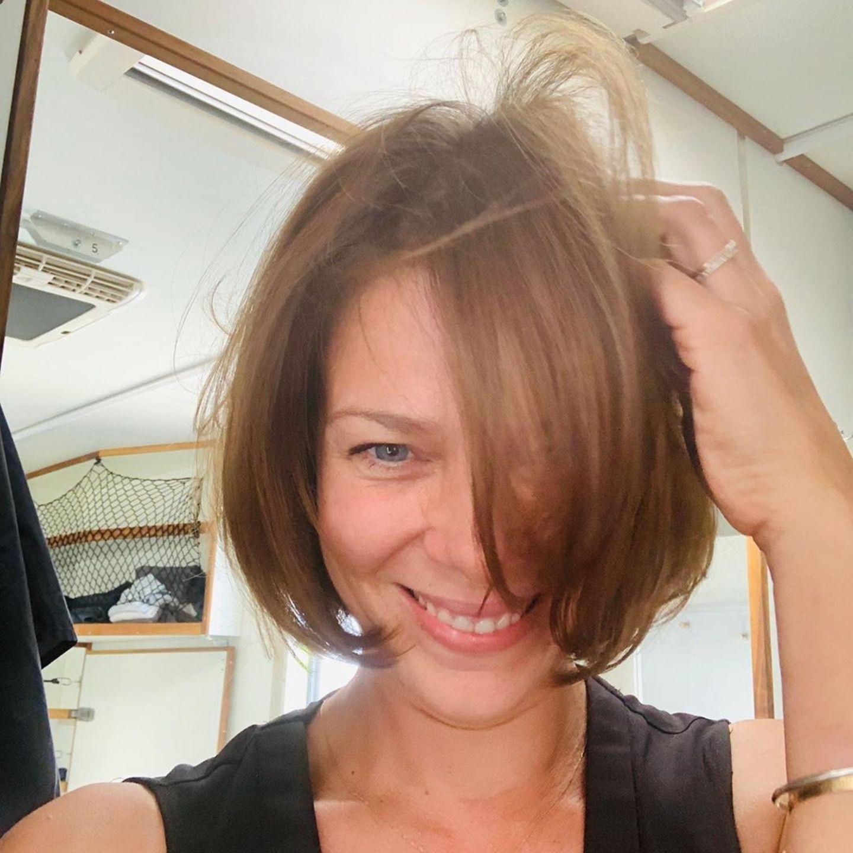 """Schauspielerin Jessica Schwarz hat Haare gelassen und sich kurzerhand einen klassischen Bobverpassen lassen. Auf Instagram kommentiert sie ihren frischen Look so: """"Schnipp Schnapp, Haare ab"""". Schwarz deutet zudem an,ihren Bob-Haarschnitt im Hinblick auf den anstehenden Sommerpraktisch zu finden. Nicht nur smart, sondern auch extrem schick!"""
