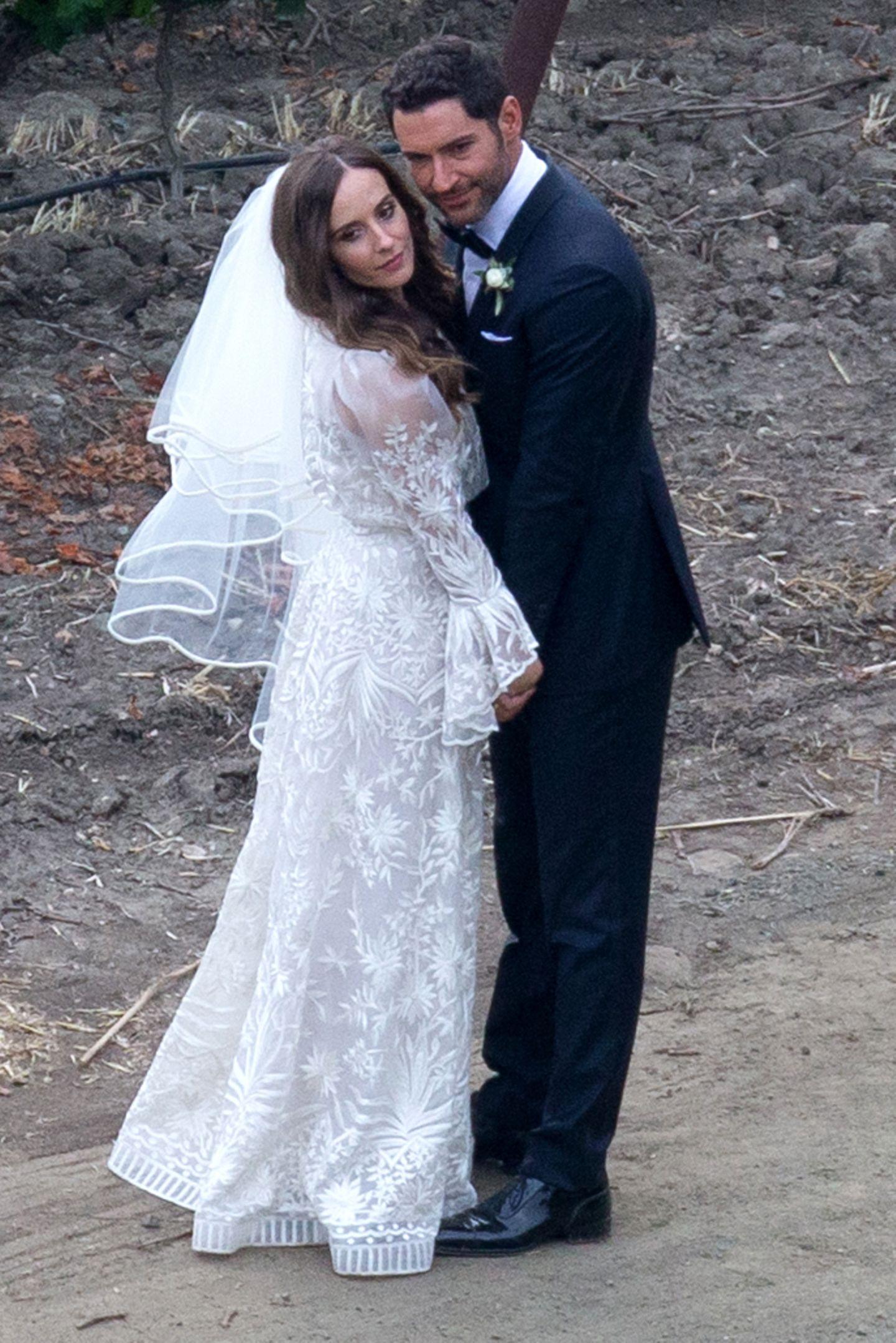 """2. Juni 2019  """"Lucifer""""-Star Tom Ellis und Meaghan Oppenheimer haben sich inSanta Ynez, Kalifornien, das Jawort gegeben. Das Paar ist seit 2015 zusammen, die Verlobung folgte im Oktober letzen Jahres. Die Braut hat sich für ein besticktes Spitzenkleid von Naeem Khan entschieden und Tom Ellis trägt einen klassischen schwarzen Smoking."""