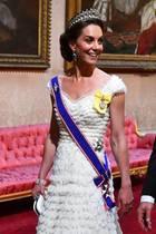 Zum Staatsbankett im Buckingham Palace im Rahmen des Staatsbesuchs des US-amerikanischen Präsidenten und der First Lady, verzaubert Herzogin Catherine nicht nur in einem wunderschönen Abendkleid, sondern auch mit ihrer Lieblings-Tiara. Zum wiederholten Male trägt Kate die Lovers Knot Tiara, die zuvor Prinzessin Dianas (†) Lieblings-Tiara war. Diana bekam sie damals Geschenk zu ihrer Hochzeit mit Prinz Charles geschenkt. Ursprünglich gehörte die Tiara einer deutschen Prinzessin - Auguste von Hessel-Kassel erhielt die Tiara vor über 200 Jahren zu ihrer Hochzeit mit Adolphus Frederick, dem ersten Duke of Cambridge.