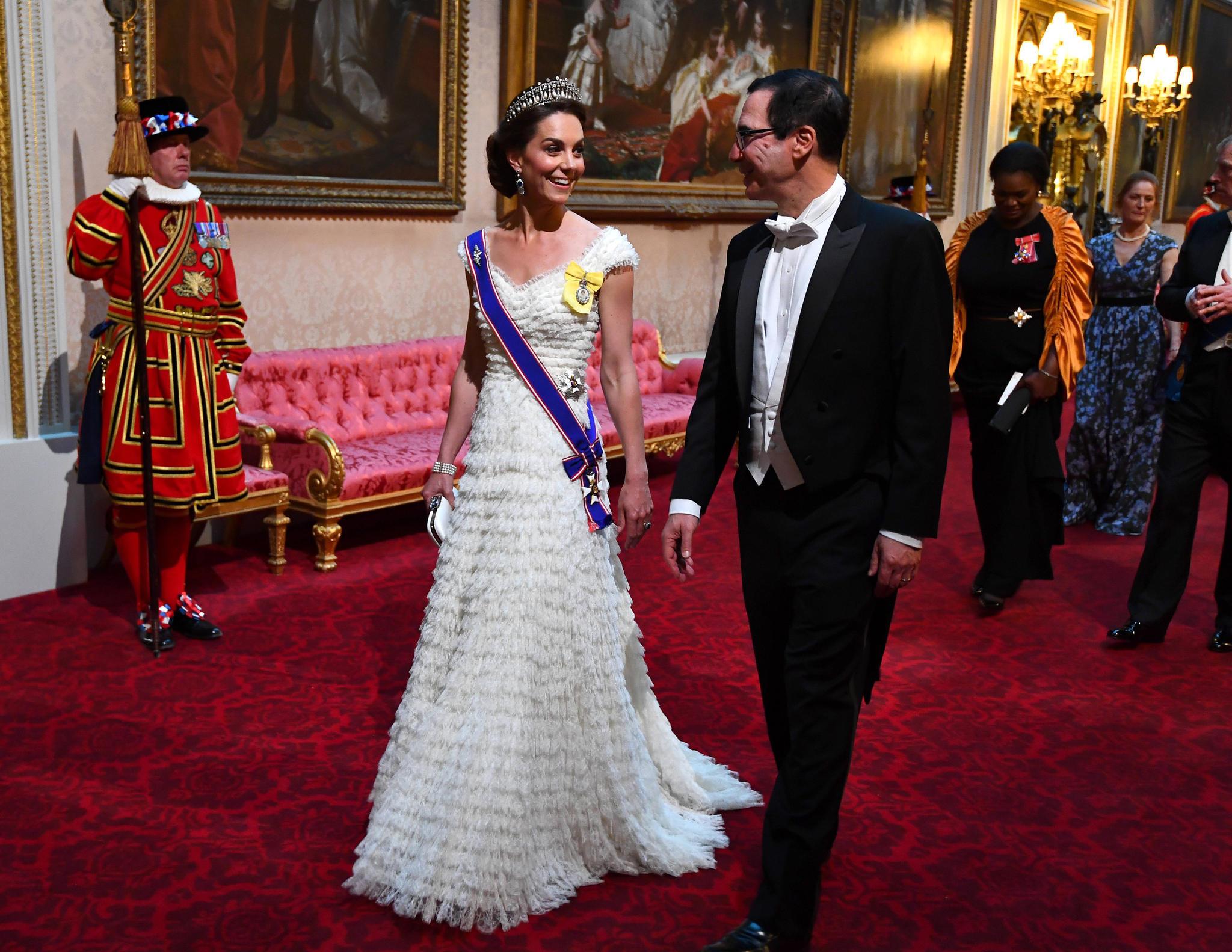 In einem weißen Kleid von AlexanderMcQueen zieht Herzogin Catherine alle Blicke auf sich.