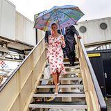 Ankunft in Holland: Ivanka Trump trotz dem Wetter und strahlt in einem geblümten, sommerlichen Kleid von Altuzarra.
