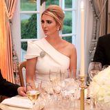 Beim Return Dinner im Winfield House im Rahmen des Staatsbesuchs ihres Vaters Donald Trump, zeigt sich Ivanka Trump in einem eleganten One-Shoulder-Kleid von Safiyaa.