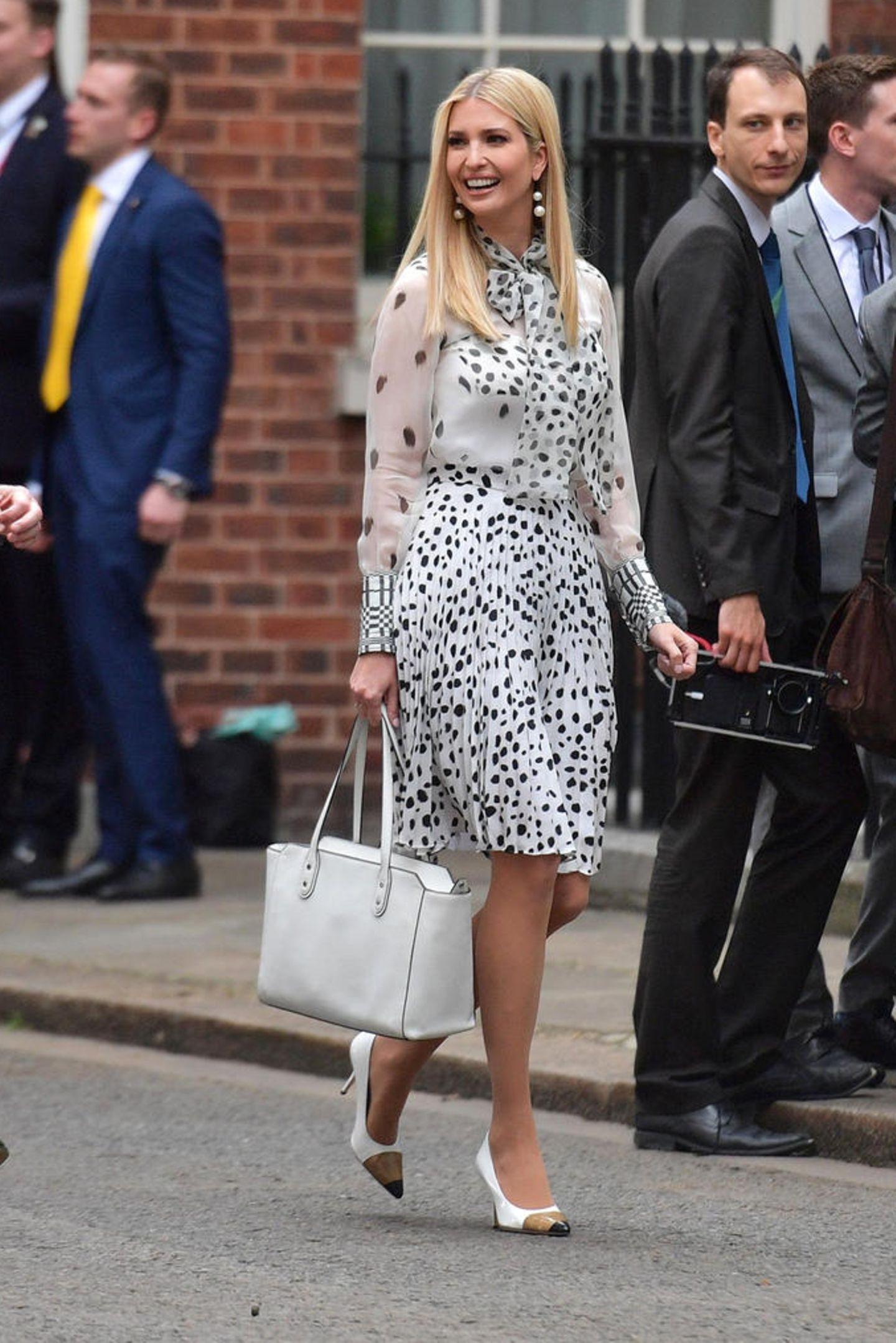 Mit diesem Look kann First Daughter Ivanka Trump in London punkten und zieht alle Blicke auf sich - kein Wunder, denn ihr Outfit ist wirklich ein toller Hingucker ...