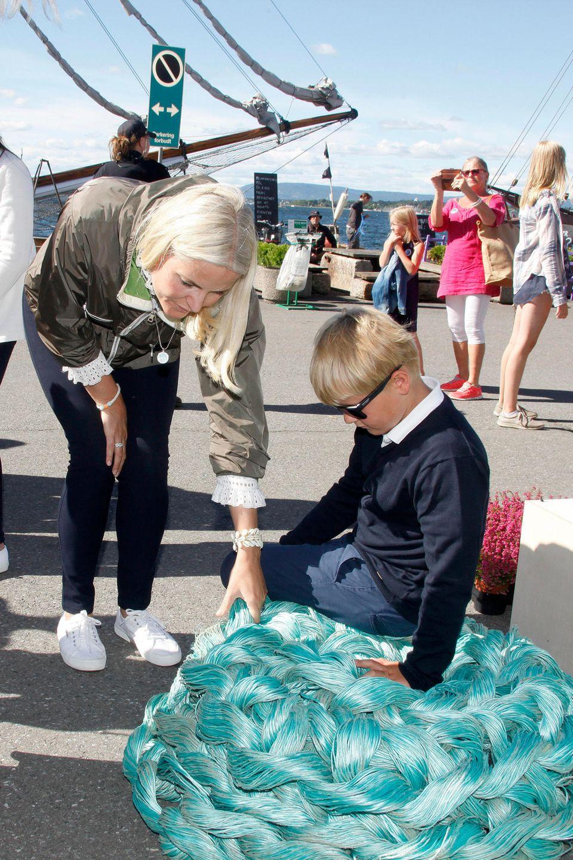 """Kronprinzessin Mette-Marit besucht mit ihrem Sohn Prinz Sverre Magnus das Hafenumweltfestival """"Passion for Ocean""""."""