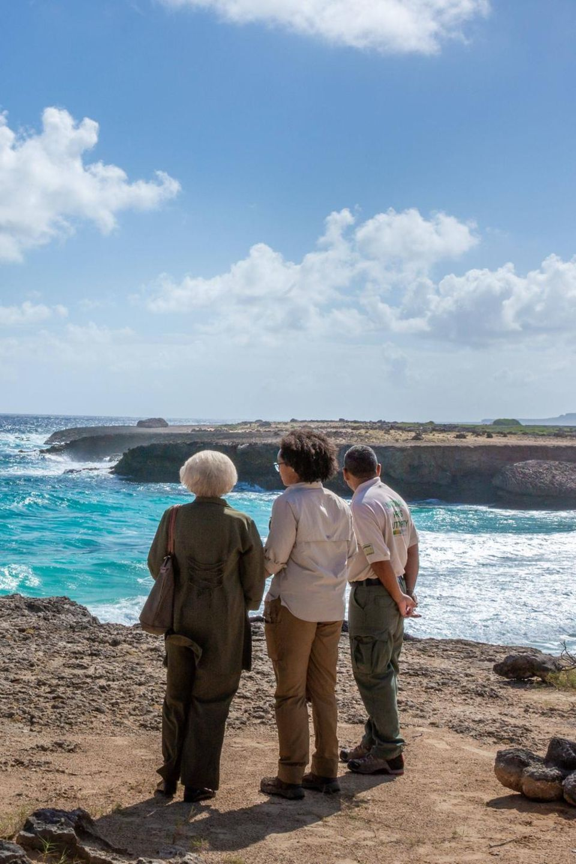Auf der karibischen Insel Bonaire bewundert Prinzessin Beatrix (l.) die Natur im Washington-Slagbaai-Nationalpark.