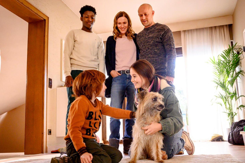 """Das Wichtigste im Leben"" V.l.: Theo Fankhauser (David Grüttner), Philipp Fankhauser (Sidney Holtfreter), Sandra Fankhauser (Bettina Lamprecht), Kurt Fankhauser (Jürgen Vogel), Luna Fankhauser (Bianca Nawrath)"