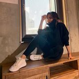 In Sneakern, Leggings und einem kuscheligen Rollkragen-Hoodie macht es sich Victoria Beckham auf einem Sideboard gemütlich. Ihrer Spice-Girls-Kollegin Mel C, die weltweit auch unter dem Spitznamen Sporty Spice bekannt ist, macht Victoriain diesem Look ordentlich Konkurrenz.