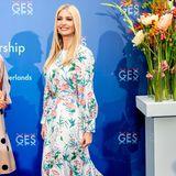 Kurz darauf erscheint First Daughter Ivanka Trump beim World Forum for Global Entrepreneurship in den Haag in einem anderen, aber nicht weniger schönen Blumenkleid. Dieses hübsche Modell in Midi-Länge stammt von Andrew Gn.