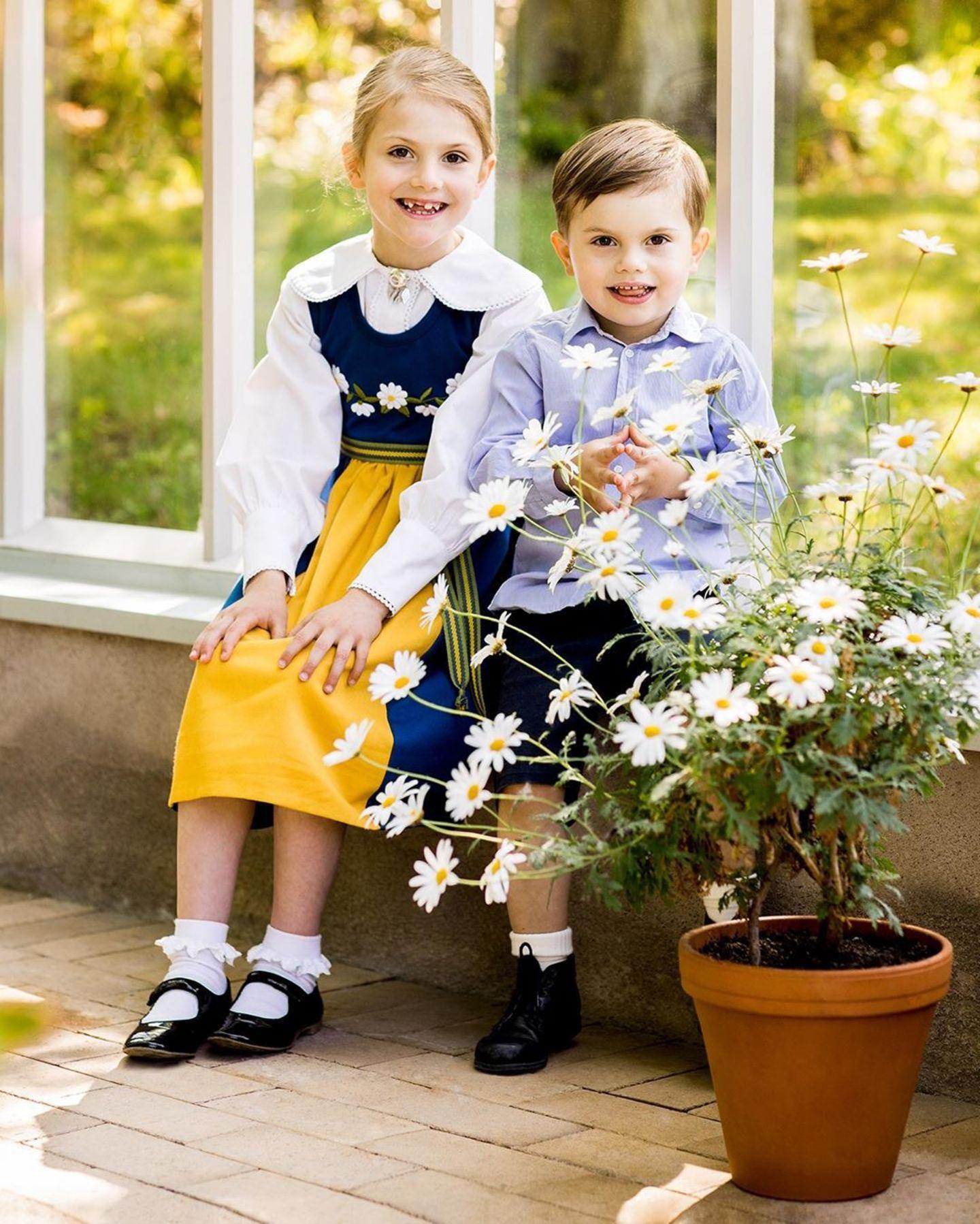 6. Juni 2019  Anlässlich des schwedischen Nationalfeiertags teilt das Königshaus süße neue Fotos von Prinzessin Estelle und Prinz Oscar.