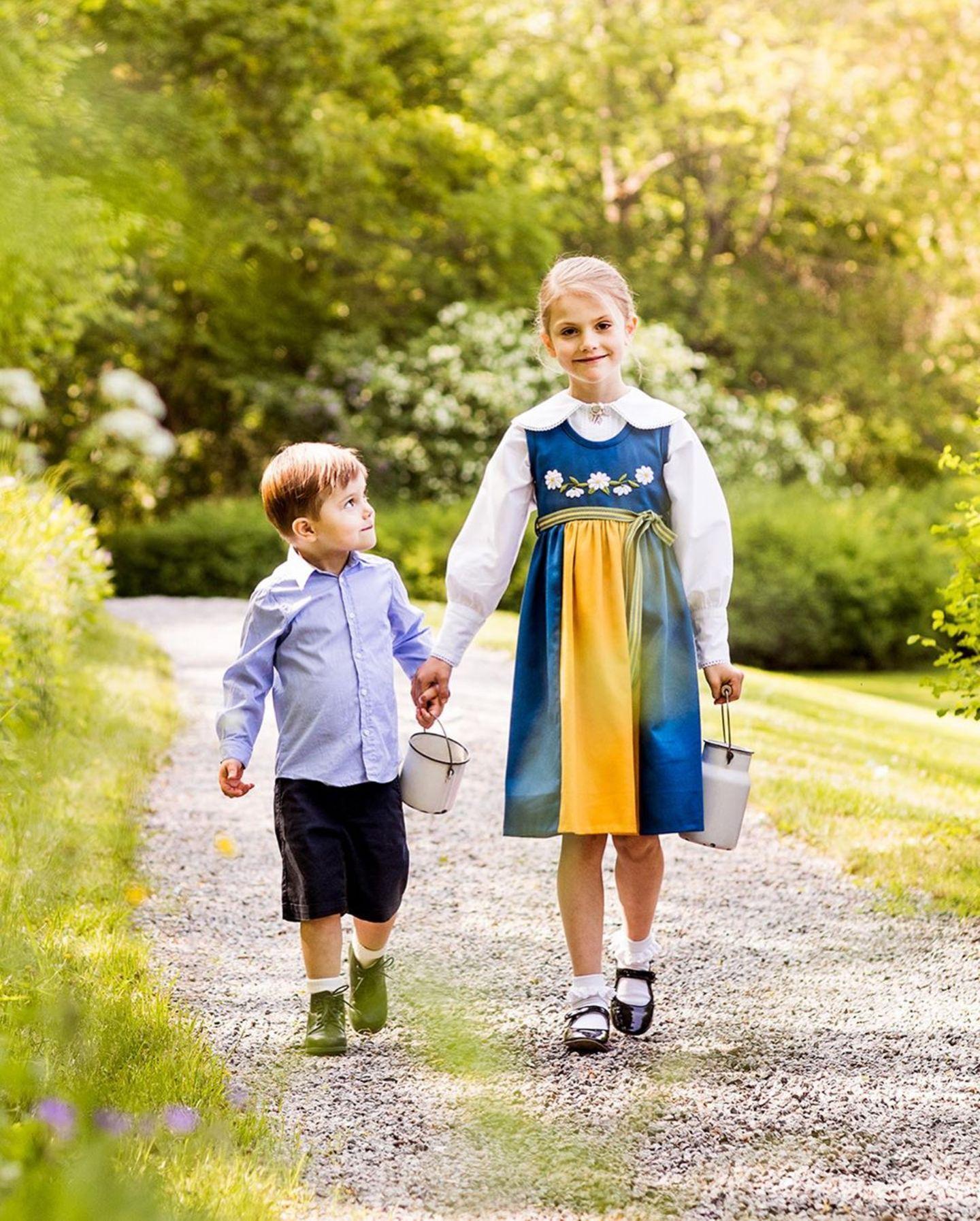 6. Juni 2019  Prinzessin Estelle nimmt Oscar an die Hand. Der kleine Knirps schaut bewundernd seine große Schwester an.